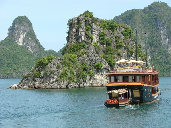 Halong_Bay_-_Vietnam_01